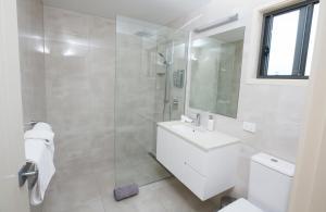 A bathroom at Mapleton Springs