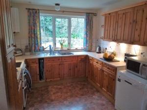 A kitchen or kitchenette at Bridge of Bennie Cottage