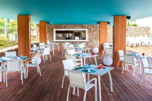 A restaurant or other place to eat at Manava Suite Resort Tahiti