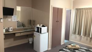 A kitchen or kitchenette at Manning River Motel