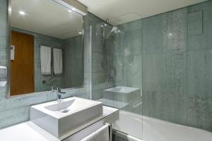 A bathroom at Hotel Comfort Inn Ponta Delgada