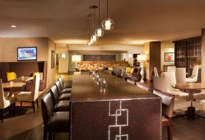 A restaurant or other place to eat at Omaha Marriott