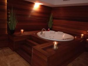 Een badkamer bij Golden Tulip Taj Sultan Resort