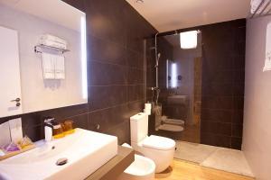 A bathroom at Hotel Pompaelo Plaza del Ayuntamiento & Spa