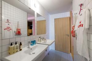 A bathroom at MOB HOTEL Paris Les Puces
