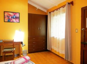 A television and/or entertainment centre at Guesthouse Suntur Wasi