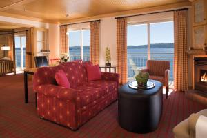 A seating area at The Edgewater, a Noble House Hotel