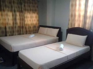 A bed or beds in a room at Madid's Inn Beach Resort