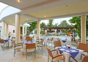 A restaurant or other place to eat at Apollo Palace