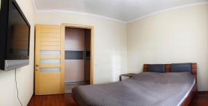A bed or beds in a room at Уютный Тихвин апартаменты 1 микрорайон д 50