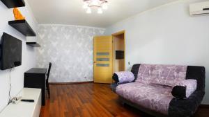 A seating area at Уютный Тихвин апартаменты 1 микрорайон д 50