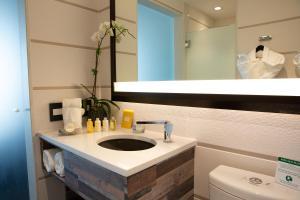 A bathroom at Hotel Le Bleu