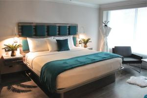 A bed or beds in a room at Hotel Le Bleu