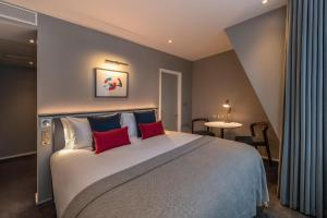 A bed or beds in a room at The Resident Covent Garden (formerly The Nadler Covent Garden)