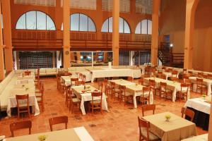 Um restaurante ou outro lugar para comer em Rio Poty Hotel Praia