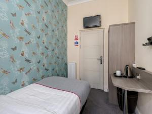A bed or beds in a room at OYO Bakers Hotel