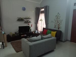 A seating area at Homestay Syariah Cileunyi, Bandung Timur