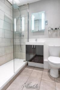 A bathroom at Wolfscastle Country Hotel