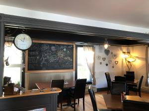 A restaurant or other place to eat at Auberge d'Anjou-Cocooning Café