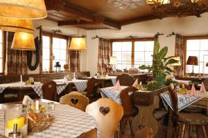 Ein Restaurant oder anderes Speiselokal in der Unterkunft Alpenrose