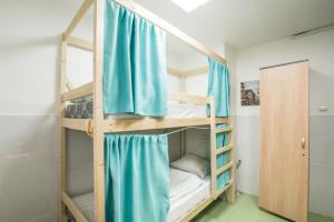 Двухъярусная кровать или двухъярусные кровати в номере Mich Hostel