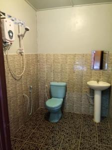 A bathroom at Taman negara rainbow guest house