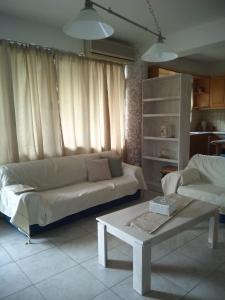 A seating area at Folia Apartment