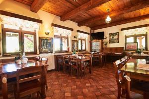 Restauracja lub miejsce do jedzenia w obiekcie Karczma Brzeziniak