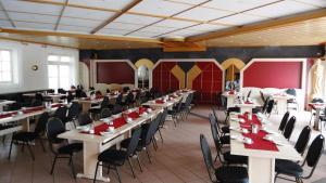 Ein Restaurant oder anderes Speiselokal in der Unterkunft Hotel Krone