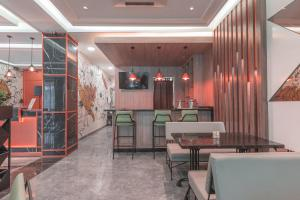 A restaurant or other place to eat at OYO 537 Versa Hotel
