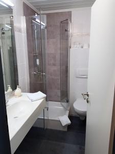 A bathroom at Waldhotel Kurfürst