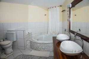 A bathroom at Falésia Praia Hotel