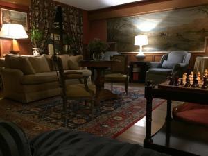 Ein Sitzbereich in der Unterkunft Hôtel de Londres