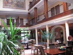 Un restaurante o sitio para comer en Hotel Finca La Mansión