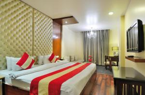 A bed or beds in a room at Hotel Aura