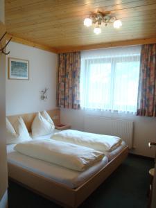 A bed or beds in a room at Haus Zirmblick
