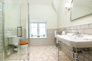 A bathroom at Burnside Hotel