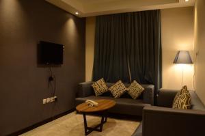 Uma área de estar em Manazel Hail Furnished Apartments