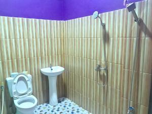 A bathroom at Thanlwin Pyar Guest House