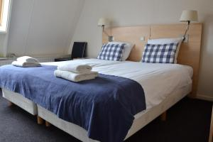 Een bed of bedden in een kamer bij Fletcher Badhotel Egmond aan Zee