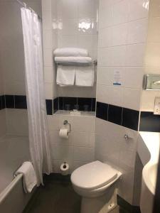 A bathroom at Days Inn Hotel Leicester