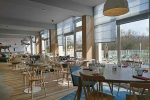 A restaurant or other place to eat at Mercure Annemasse Porte De Genève