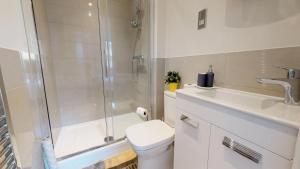 A bathroom at NIKSA Serviced Accommodation - Welwyn Garden City Business Park