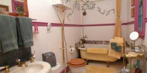 A bathroom at Wikiup Hummingbird Hotel