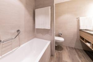 A bathroom at Hilton Garden Inn Wiener Neustadt