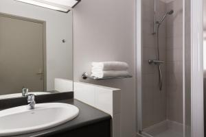 A bathroom at The Originals Boutique, Hôtel Alizé, Évian-les-Bains (Inter-Hotel)
