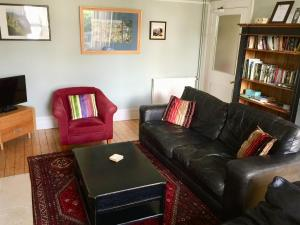 A seating area at Derrin Guest House
