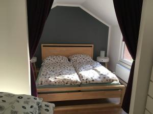 Ein Bett oder Betten in einem Zimmer der Unterkunft Häuschen am See (direkt am See)