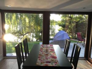 Ein Restaurant oder anderes Speiselokal in der Unterkunft Häuschen am See (direkt am See)
