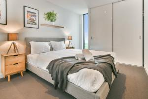 A bed or beds in a room at Sanctuary Apartments - Wrap